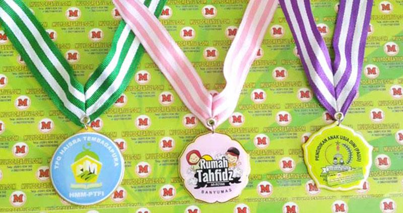 """Contoh medali murah. dari kiri ke kanan """"Medali TPQ Tembagapura, Medali Rumah Tahfidz, Medali PAUD"""