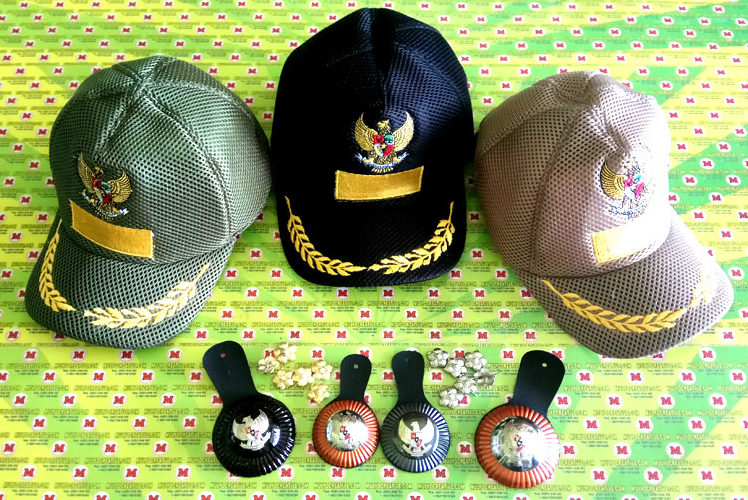 Topi Lurah, Topi Camat, Topi Bupati, disertai Melati Pangkat Topi disesuaikan dengan jabatan. Tanda jabatan yang terdiri dari 3 ukuran