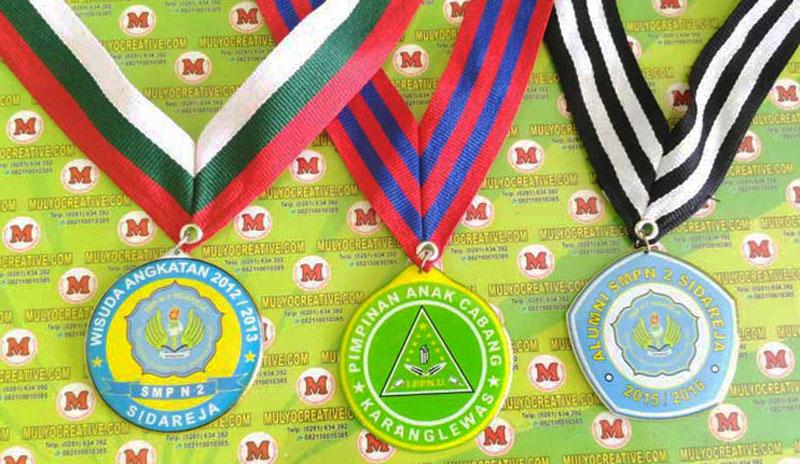 """Contoh medali dengan harga murah. """"Wisuda SMP N 2 Sidareja, Alumni SMPN 2, PAC Karanglewas"""""""