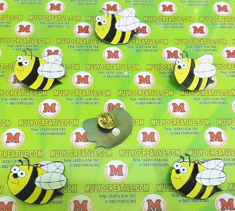 contoh pin enamel desain custom: bentuk gambar lebah madu